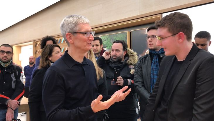Logan, 17 ans, fait le pitch face à Tim Cook, le patron d'Apple