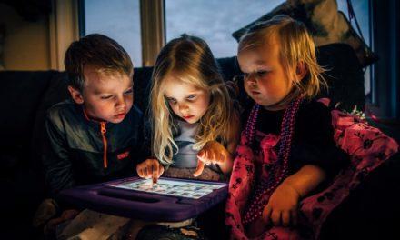 """""""Les enfants et les écrans"""", le guide qui répond aux questions des parents"""