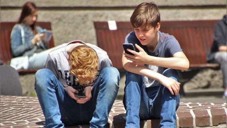 Journée mondiale sans téléphone : quels usages du mobile pour les ados ?