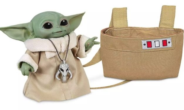 La peluche animée Baby Yoda arrive dans le Disney Store